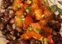 Frijoles Negros con Tomates Pico de Gallo