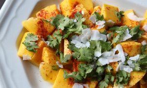 Ensalada de  Fruta de Mango con Cilantro, Coco y Chile en Polvo
