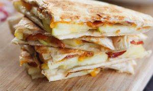 Quesadillas de manzana con tocino y queso